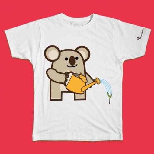 maglietta per bambino con il disegno di un Koala green che annaffia una piantina, t-shirt for kids with a koala, disegnata da Ardoq