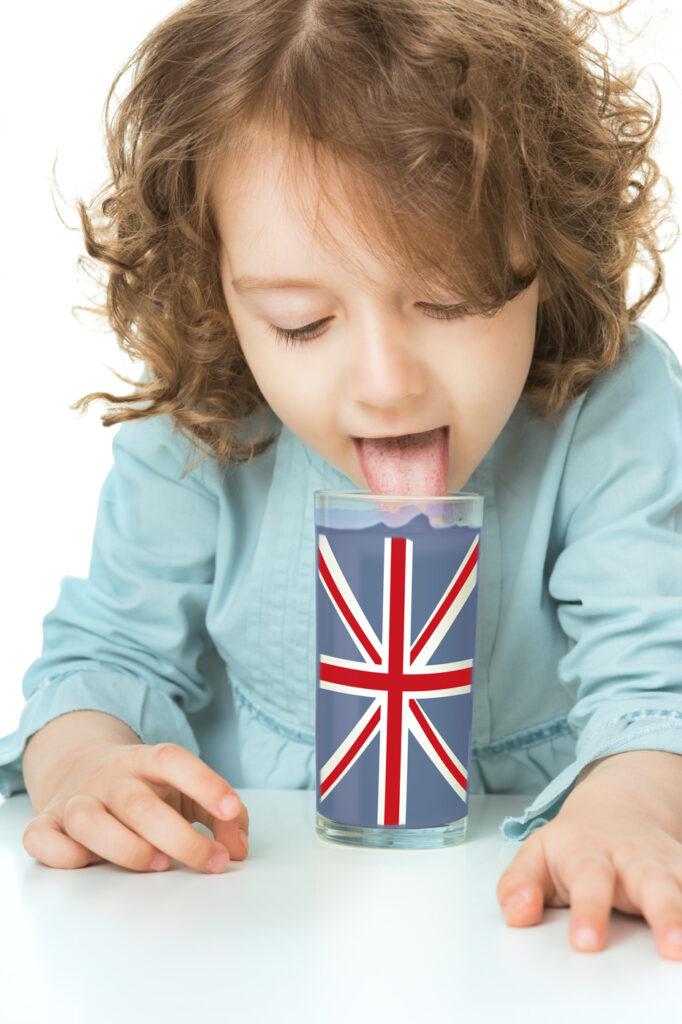 bambina che beve da un bicchiere con la bandiera inglese da Learn with Mummy